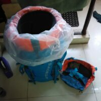 Melapisi bagian dalam carrier dengan trashbag
