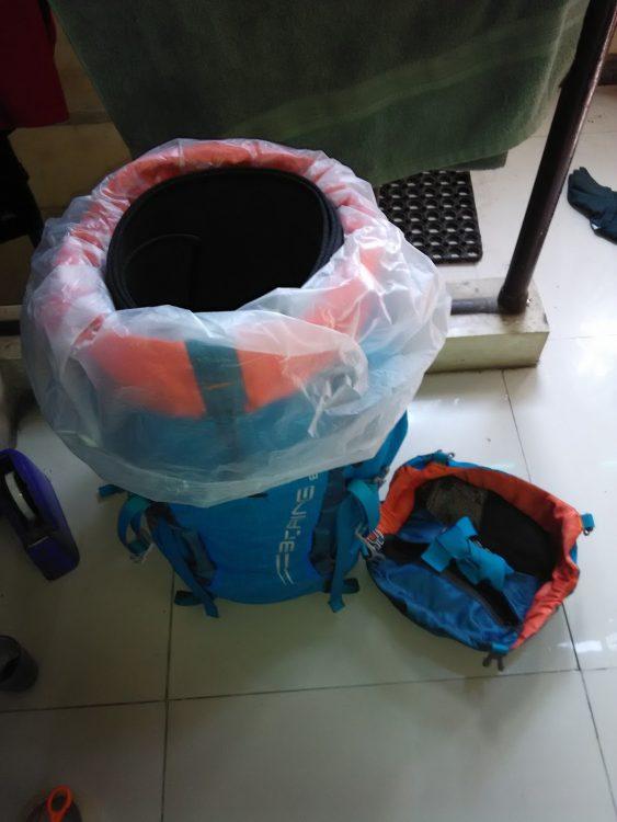 Melapisi bagian dalam dengan trashbag