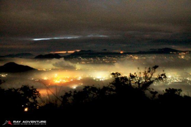 Pemandangan citylights dari puncak bayangan Manglayang