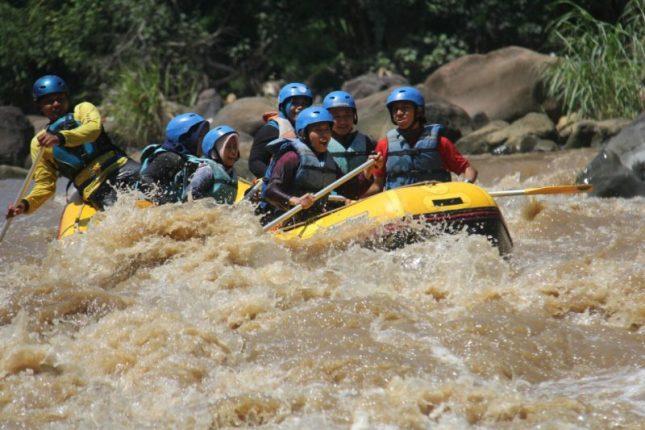 Arung jeram di sungai Citatih
