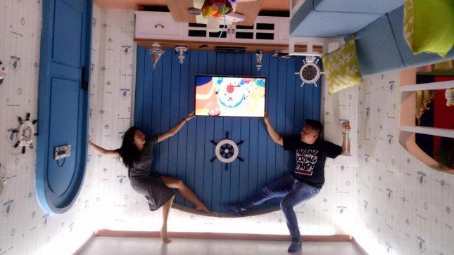 Berfoto terbalik di UpsideDown Bandung