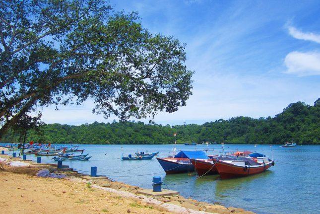 Perahu nelayan di pantai Sendang Biru
