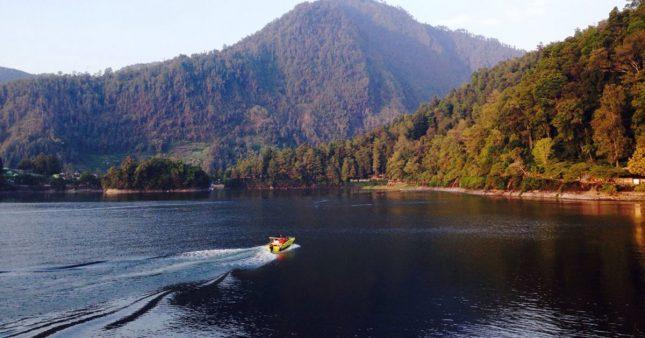 Naik speedboat di telaga Sarangan Magetan