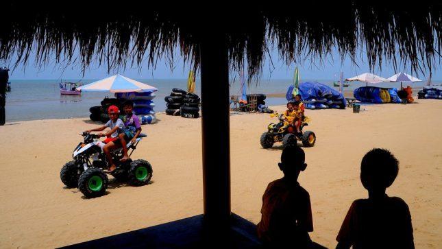 Fasilitas bermain anak di pantai Karang Jahe