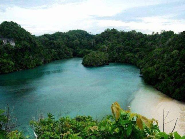 Danau alam di pulau Sempu