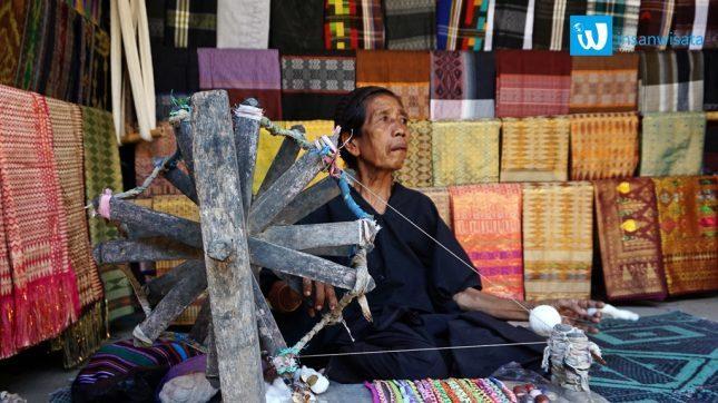 Kain tenun khas desa Sade Lombok