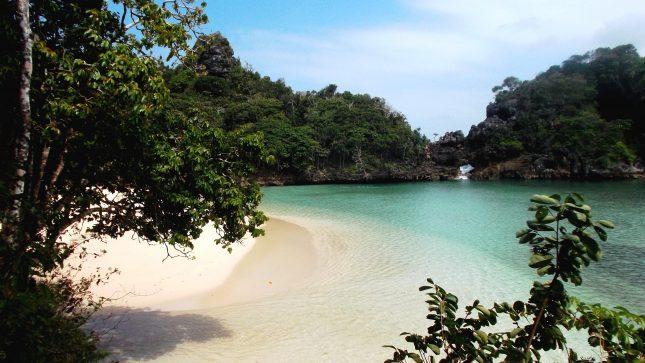 Pantai pasir putih di pulau Sempu