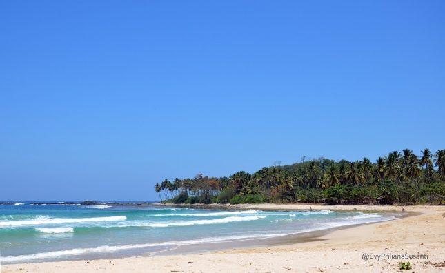 Wisata alam pantai Legon Pari Sawarna