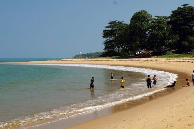 Kegiatan mandi dan menyusuri pesisir pantai