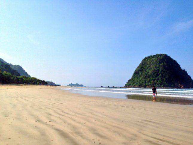 Pantai di pulau Merah Banyuwangi