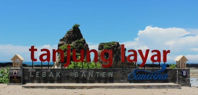 Gapura nama di pantai Tanjung Layar