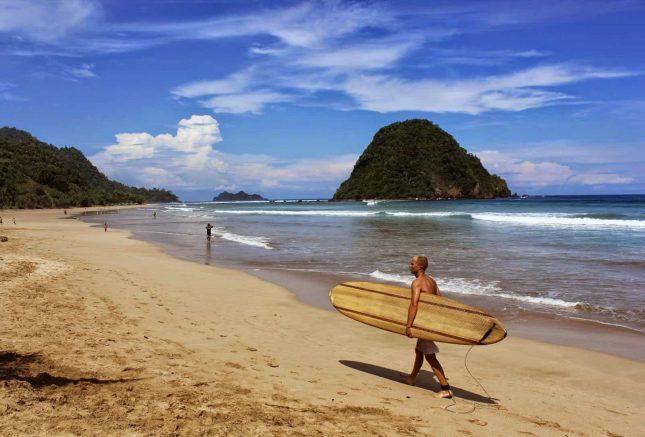Kegiatan surfing di pulau Merah