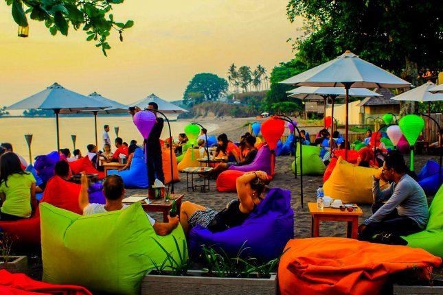 Bersantai di tepi pantai Senggigi