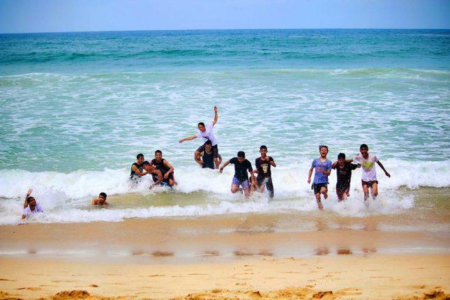 Berenang di pantai Ciantir Sawarna