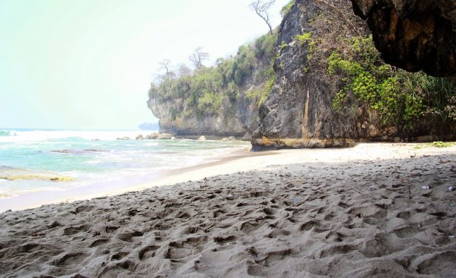 Pesona pantai Goa Langir Sawarna