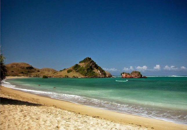 Pemandangan di pantai Kuta Lombok