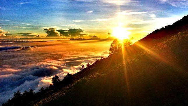 Menikmati sunrise di gunung Rinjani