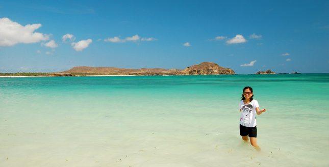Berfoto di pantai Tanjung Aan