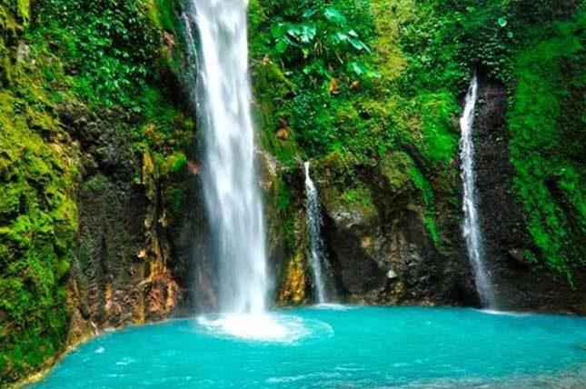 Pesona keindahan air terjun dua warna