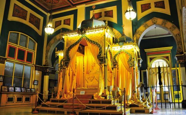 Keindahan interior istana Maimun Medan