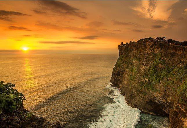 Keindahan matahari terbenam di Pura Luhur Uluwatu