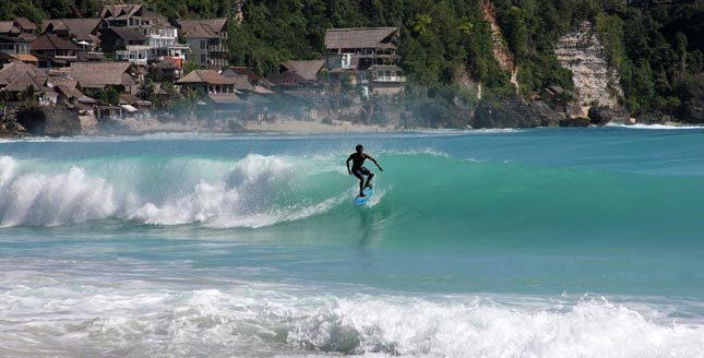 Surfing di pantai Dreamland