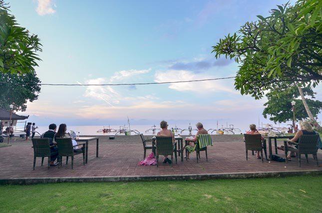 Bersantai di tepi pantai Lovina