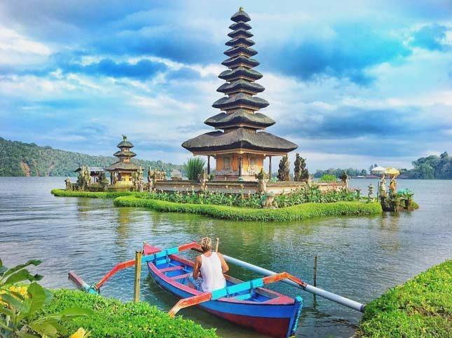 Naik perahu di danau Bratan Bali