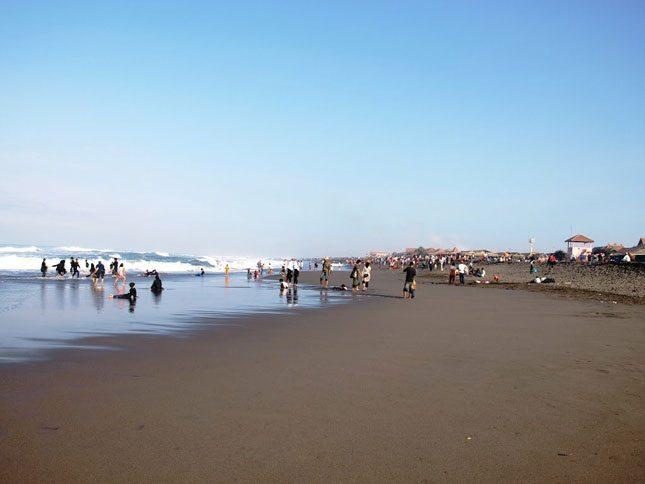 Pasir hitam lembut di pantai Depok Jogja