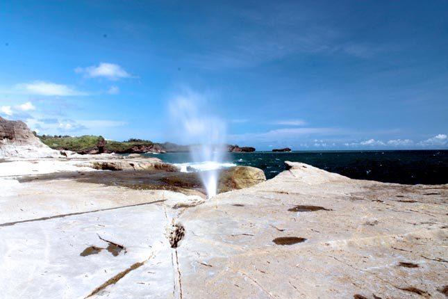 Seruling samudera alami di pantai Klayar