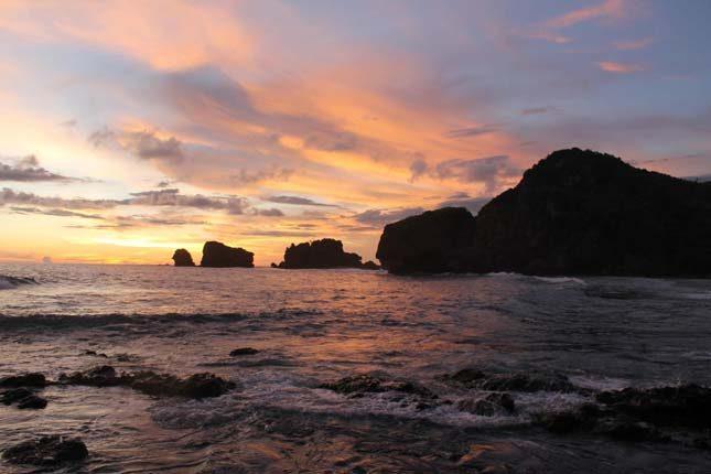 Matahari terbenam di pantai Siung
