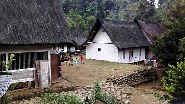 Aktivitas warga di Kampung Naga