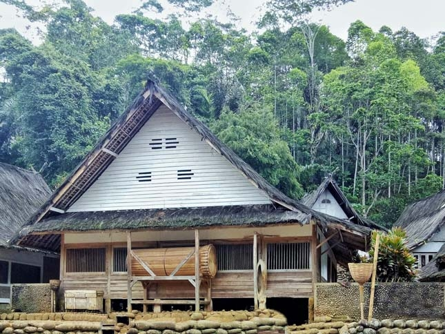 Bentuk rumah adat di Kampung Naga