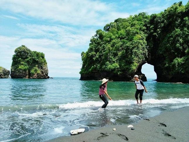 Wisata pantai di Malang Jawa Timur