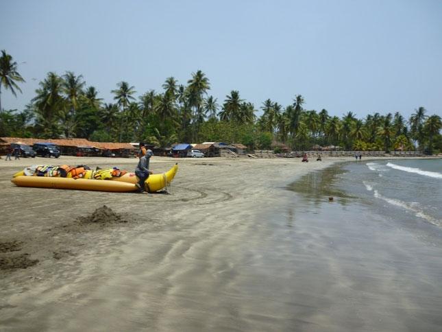 Wisata pantai Pasir Putih Sirih