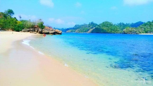 Destinasi pantai tiga warna Malang