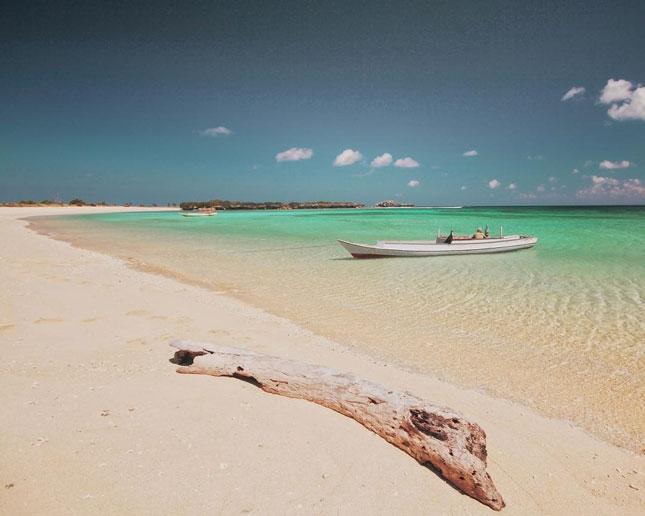 Destinasi wisata pantai di pulau Ndana