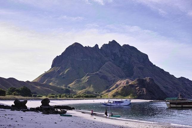 Wisata pantai di pulau Padar Flores