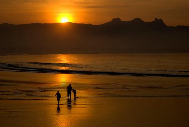Sunset di pantai Teleng Ria