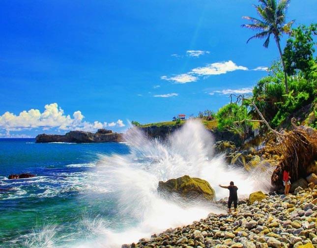 Ombak pantai Watu Bale Kebumen