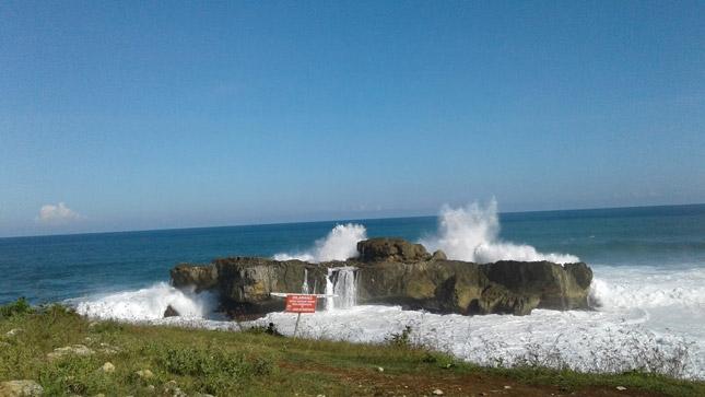 Wisata pantai Watu Bale di Pacitan