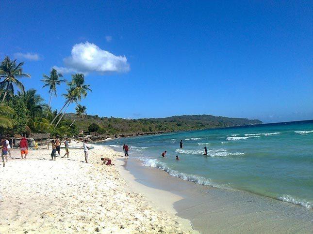 Pasir putih di pantai Bali Lestari