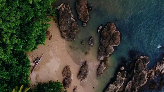 Keunikan bentang alam pantai Batu Lubang