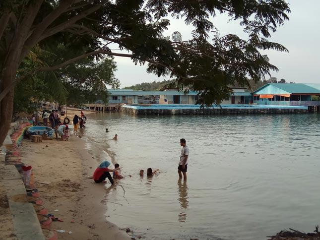 Pasir cokelat di pantai Biru Sehati