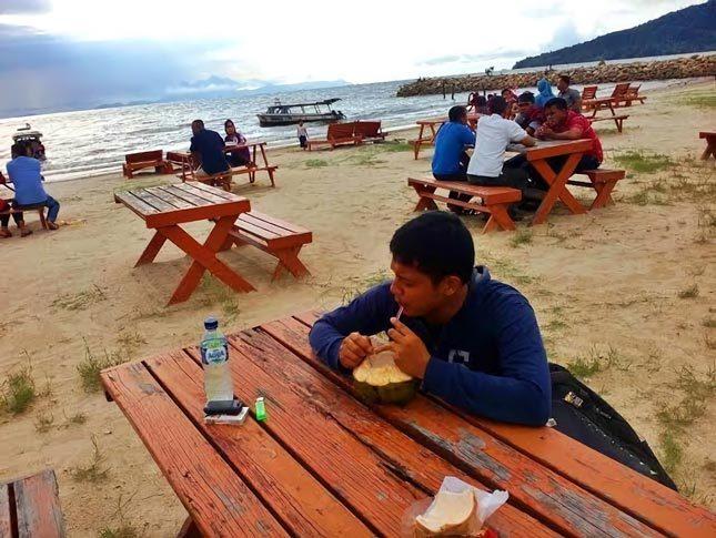 Bersantai di tepi pantai Bosur