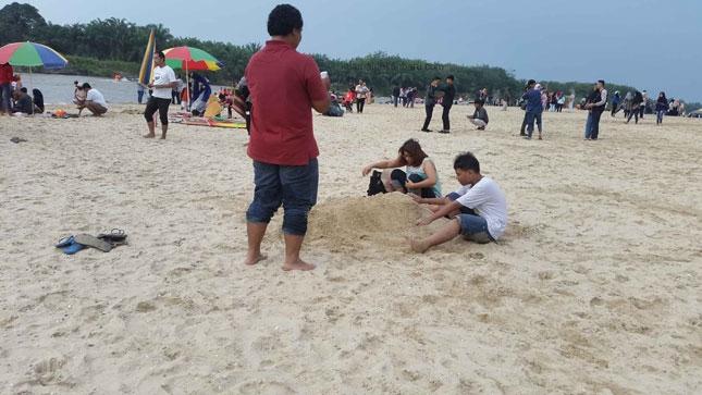 Riuh wisatawan di pantai Cinta Padang