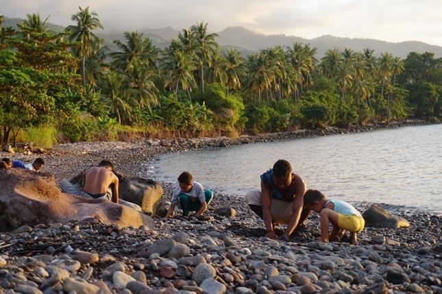Aktivitas di pantai Kawaliwu