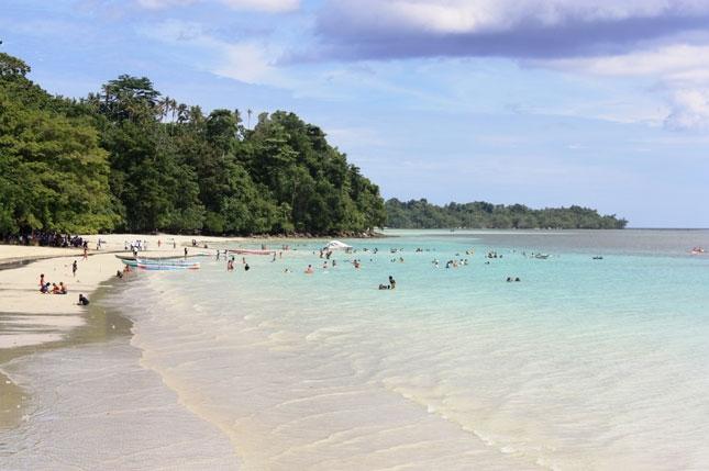 Para pengunjung di pantai Natsepa