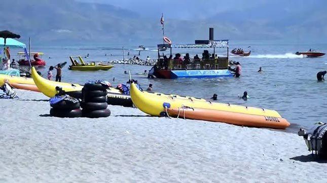 Olahraga air di pantai Pasir Putih Parbaba