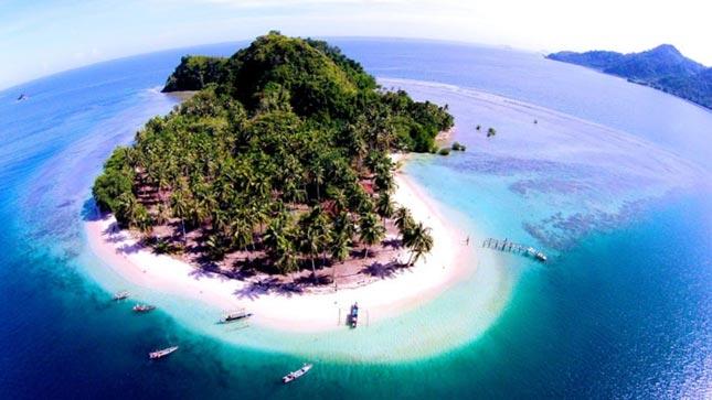 Keindahan pantai di pulau Pasumpahan